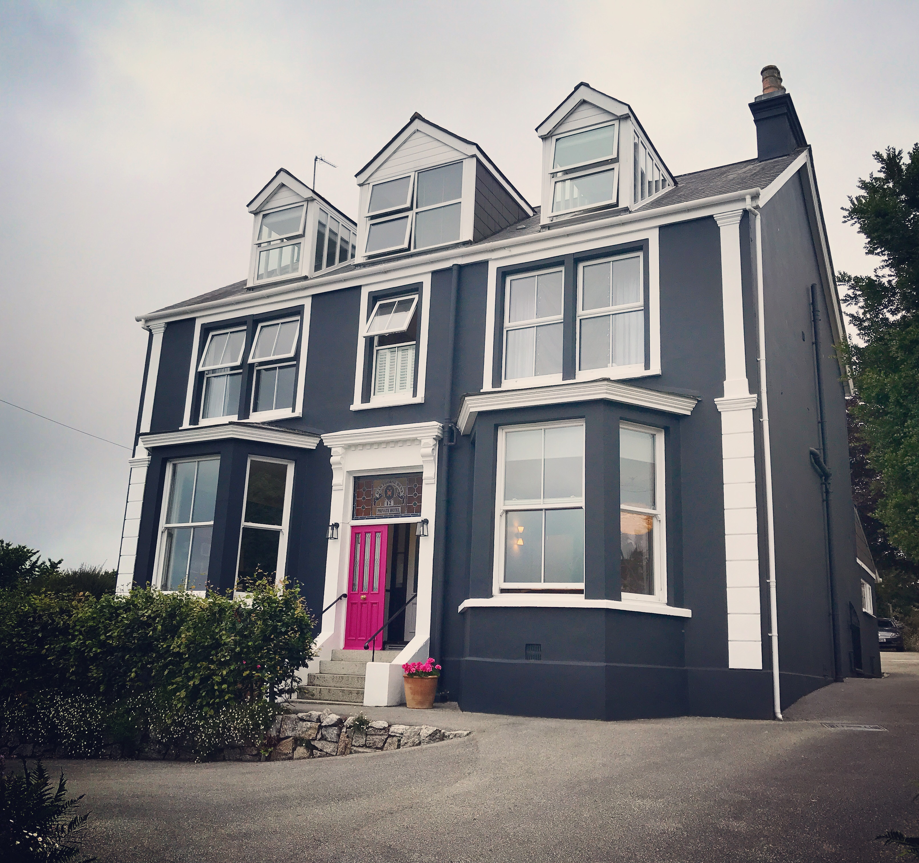 The Sandy Duck in Falmouth. Luxury Cornish B'n'B. Stylish Edwardian townhouse given a Danish makeover. Frankie and Lamb visit during their family holiday.